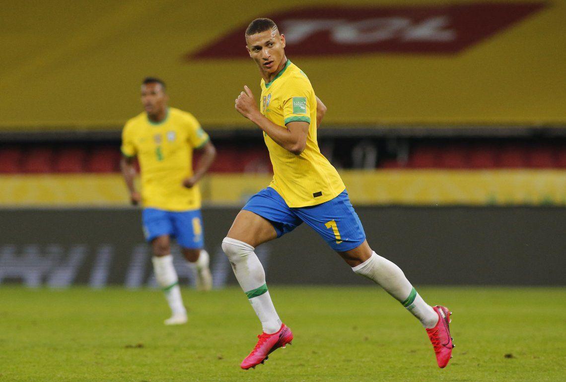 Richarlison le abrió el camino al triunfo a Brasil