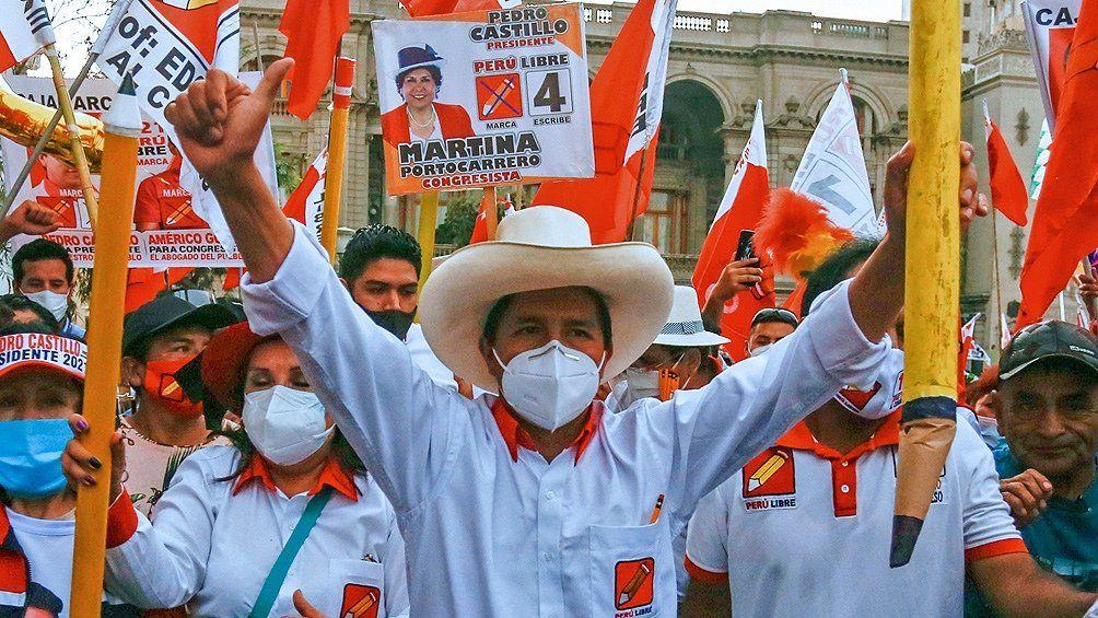 Perú: Pedro Castillo se impone en el balotaje.
