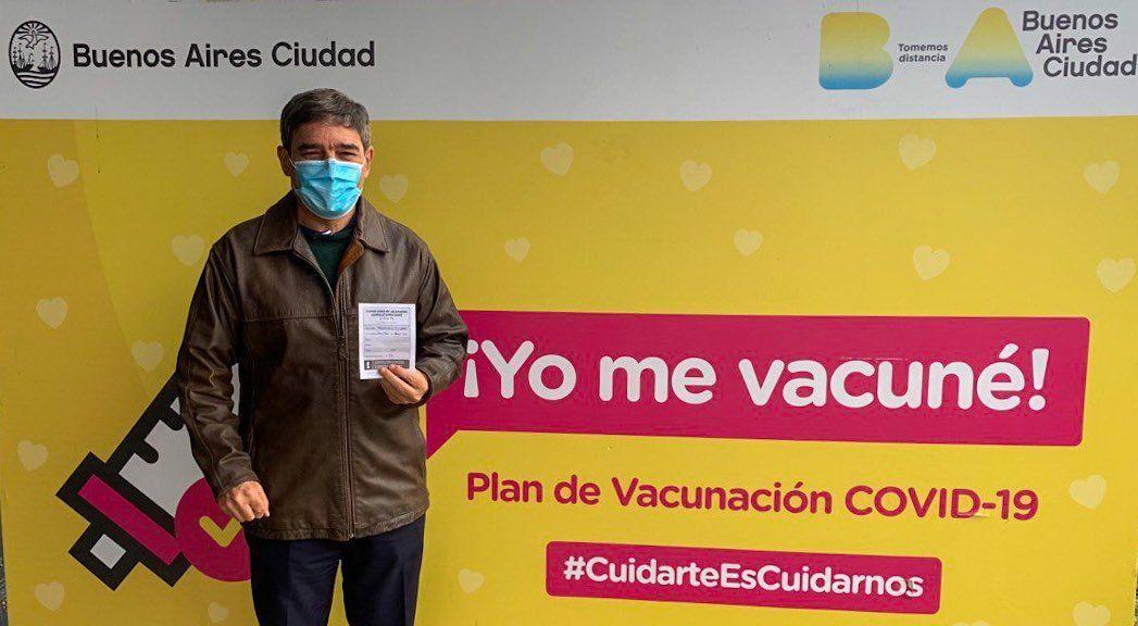 Fernán Quirós exhibe el certificado que da cuenta que se vacunó de Covid-19.