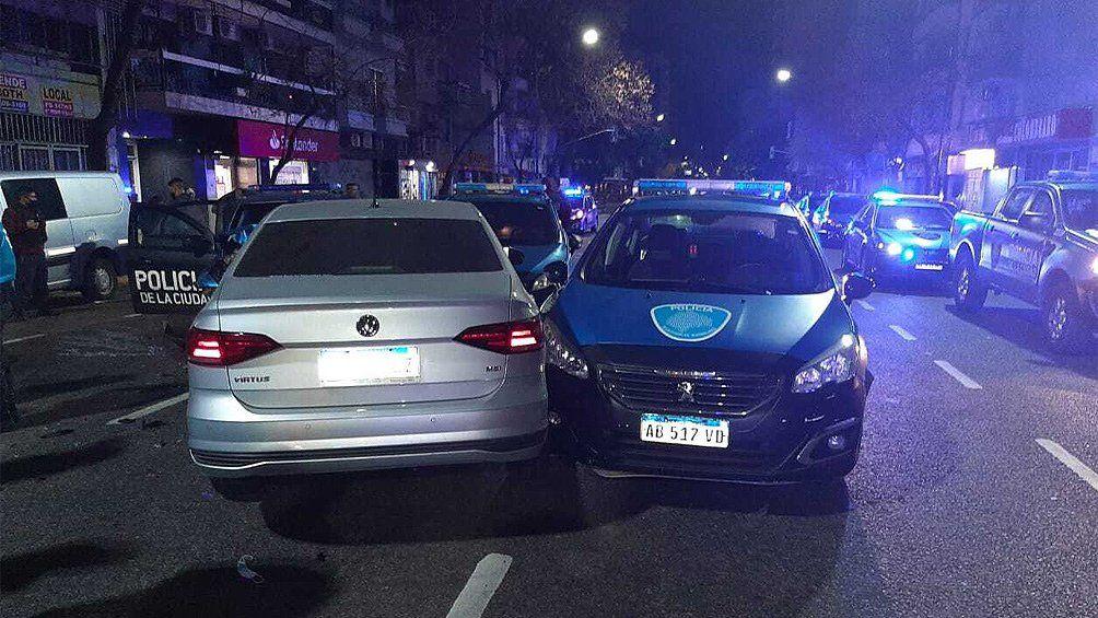 El auto que manejaba el sospechoso dio un trompo y terminó chocando contra los móviles policiales.