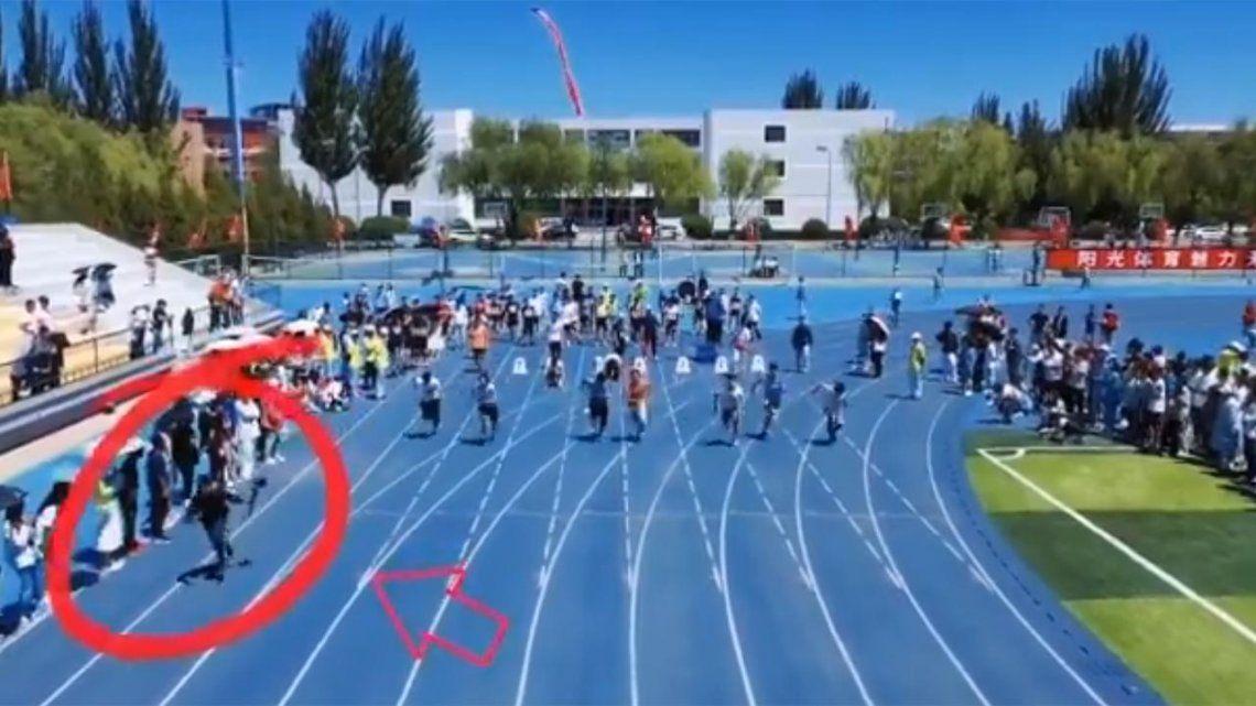 Un camarógrafo le gana una carrera de atletismo a los corredores que estaba grabando.