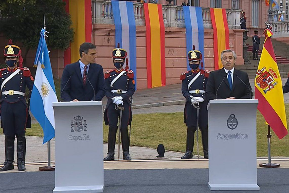 Fernández brindó una nueva conferencia junto a Sánchez en la explanada de la Casa Rosada.