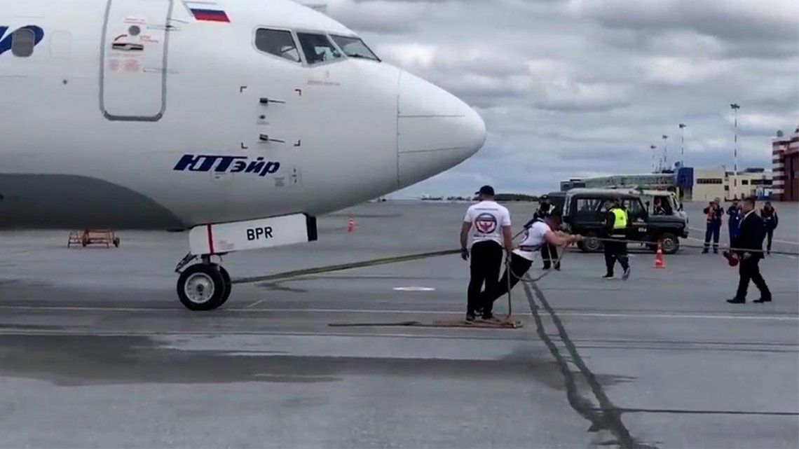 Rusia: un hombre arrastró un avión de 40 toneladas y batió el récord del país.