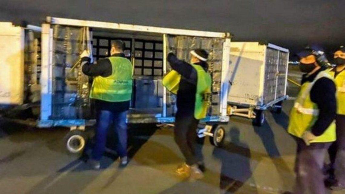 Los respiradores donados por Messi continúan en el aeropuerto.