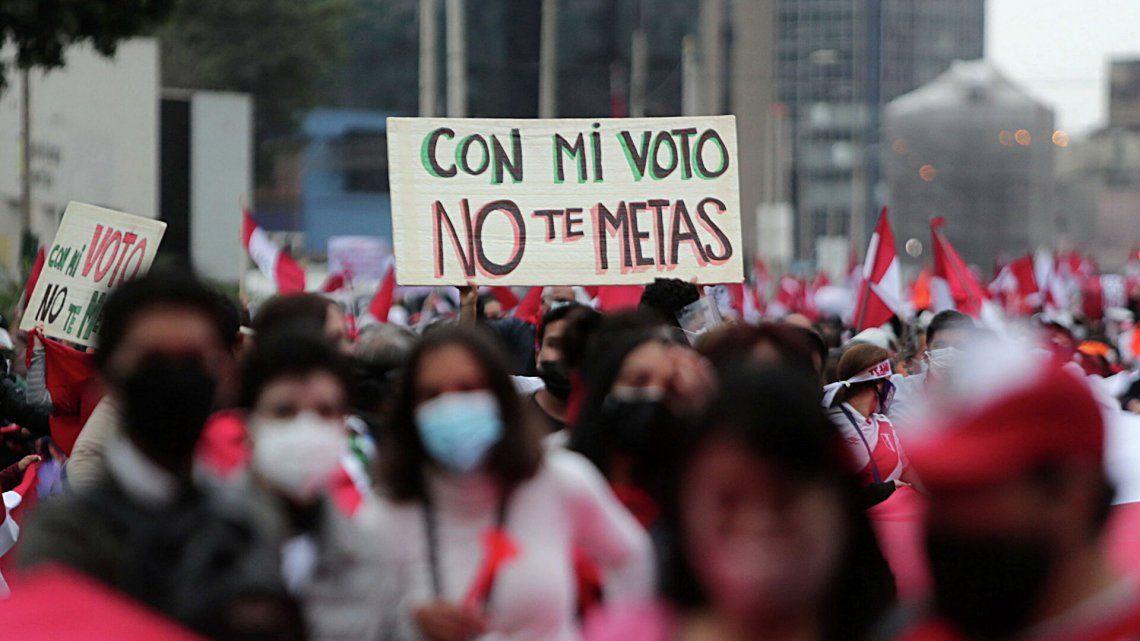 Elecciones en Perú: en un clima de tensión, Castillo y Fujimori esperan el resultado final