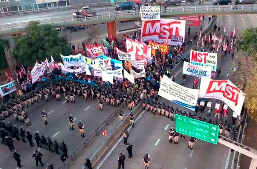 Manifestantes se enfrentan cara a cara con miembros de la Prefectura y la Policía Federal. (Captura de TV).