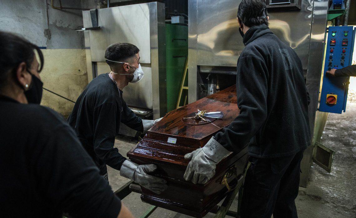 Los cementerios públicos y privados no tienen descanso con la cantidad de víctimas por Covid en Uruguay.