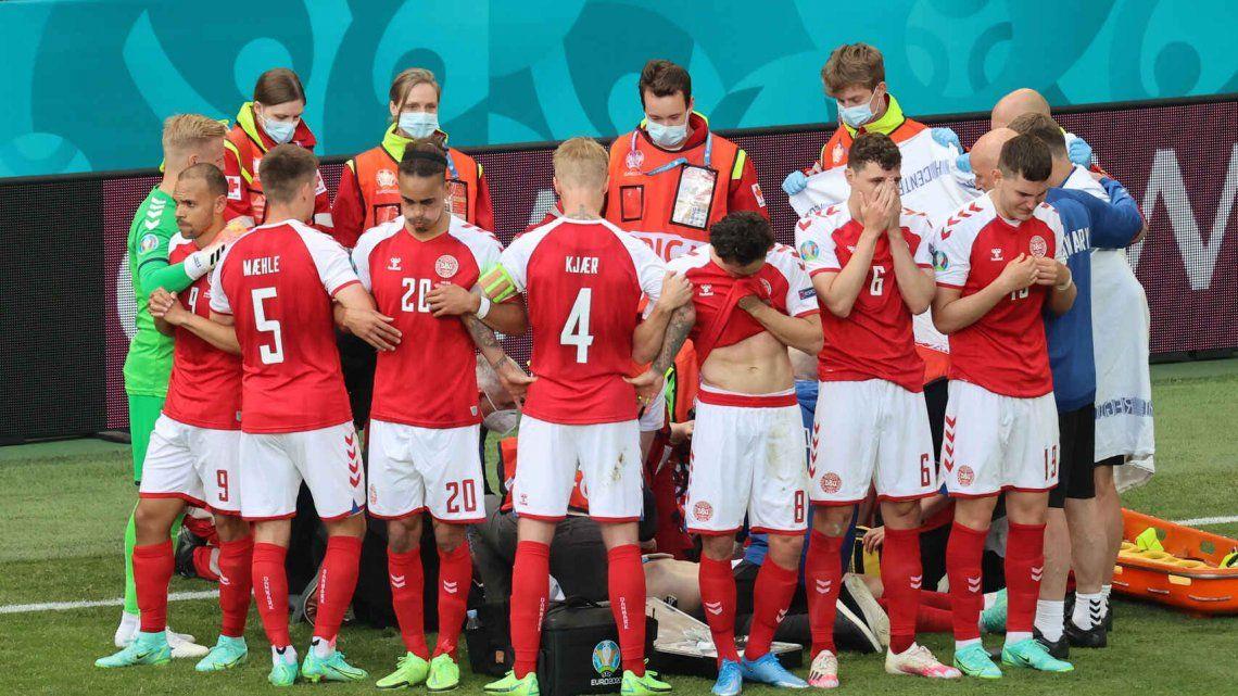 Los jugadores de Dinamarca rodearon a Eriksen mientras era atendido para impedir la captación de imágenes.