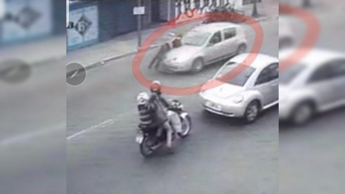 El agente de tránsito fue arrastrado cerca de dos cuadras sobre el capot del auto.