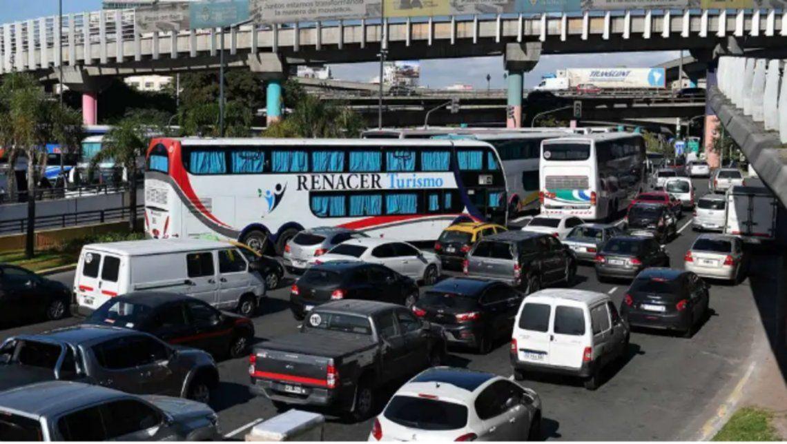 El reclamo de los choferes impide la circulación vehicular en la intersección de las avenidas 9 de Julio y San Juan.