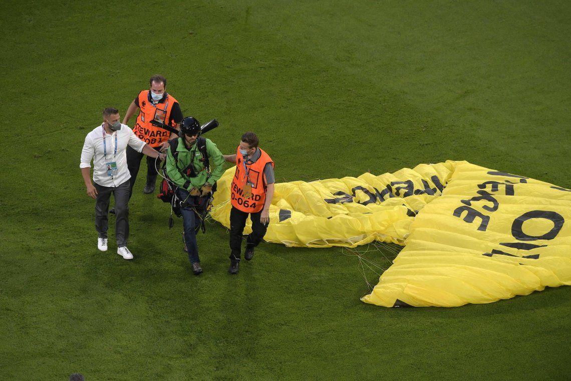 Un activista de Greenpeace se lanzó en el estadio Allianz Arena de Múnich con la frase: ¡Echen a patadas al petróleo!.