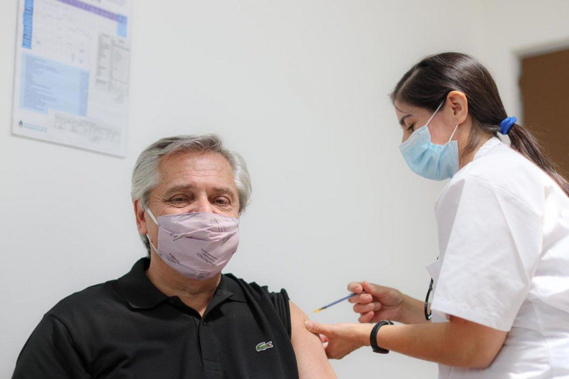 El presidente Alberto Fernández recibiendo la vacuna contra el Covid-19.