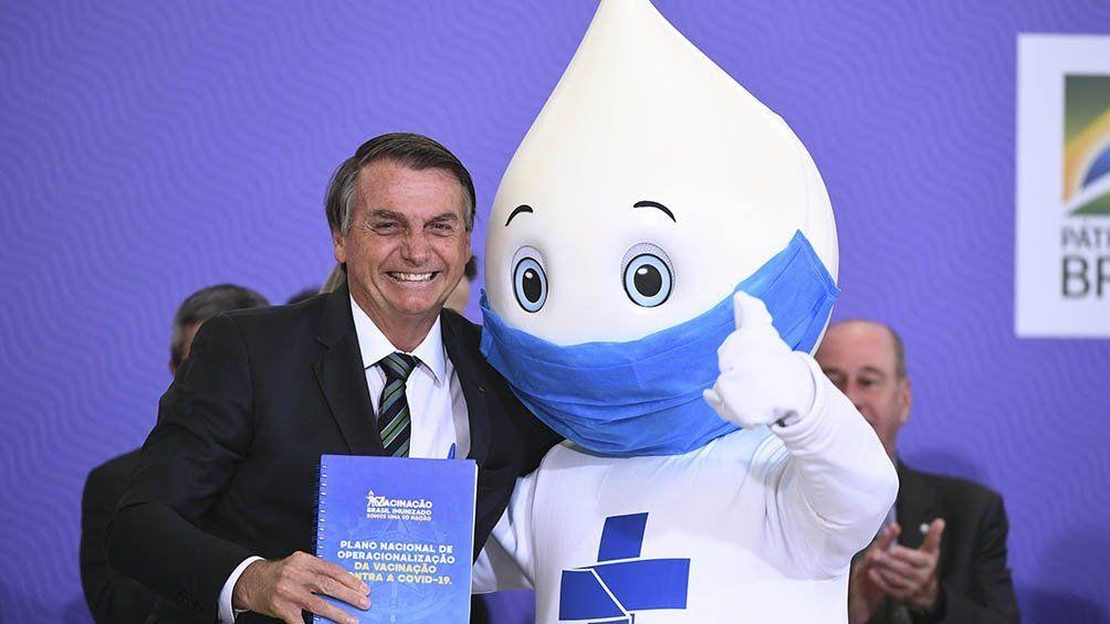 Jair Bolsonaro junto a la mascota de la campaña de vacunación contra el coronavirus