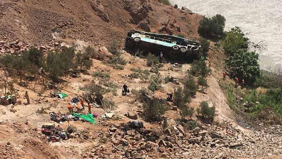 Perú: 27 muertos tras el vuelco de un autobús.
