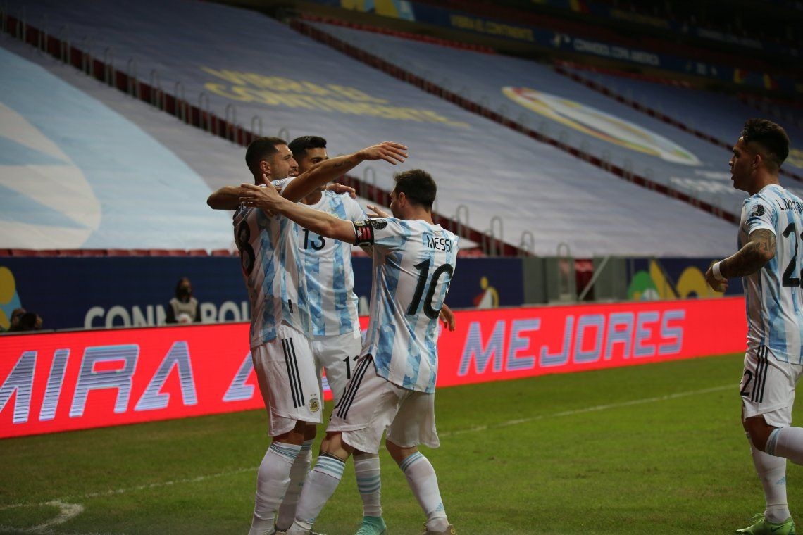 Argentina festeja el gol de Rodríguez.