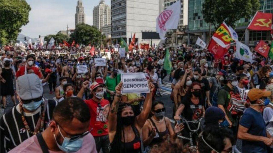 Masivas marchas contra Bolsonaro en Brasil por el medio millón de muertos