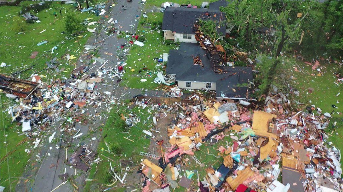 Un tornado provocado por la tormenta destruyó gravemente al menos 50 casas en Estados Unidos.