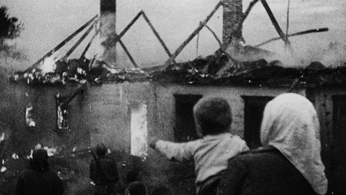 Aldeanos rusos contemplan sus casas en llamas durante la ofensiva nazi