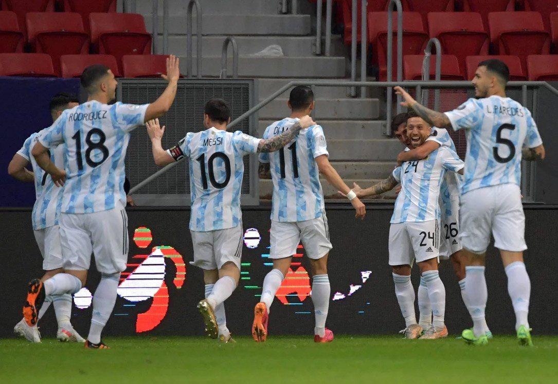El festejo del seleccionado argentino luego del gol del Papu Gómez ante Paraguay.