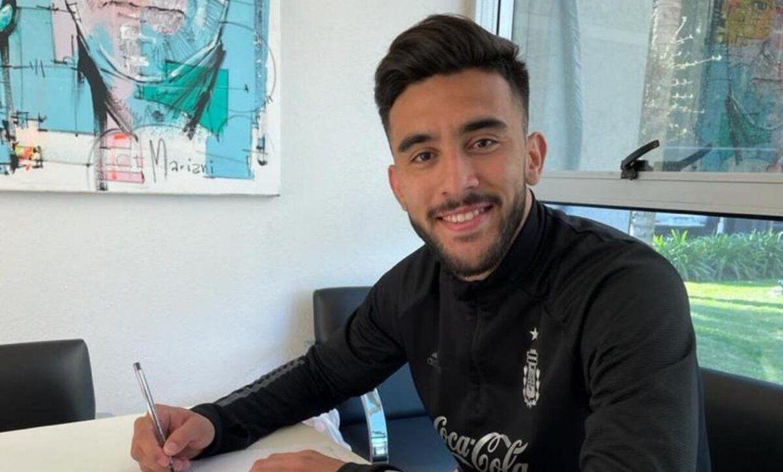 Nicolás González firmó en una de las oficinas de Ezeiza.