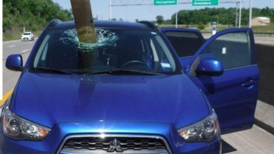 Una tabla de madera atravesó el parabrisas de un auto