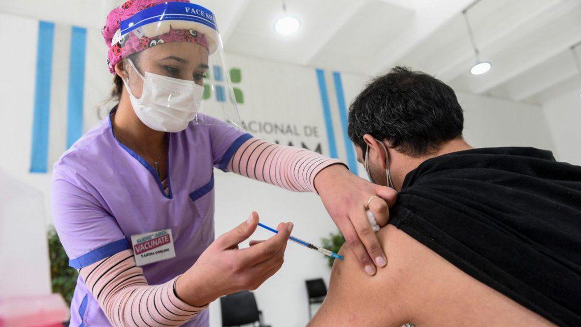 Provincias ya vacunan a personas menores de 50 años sin enfermedades.