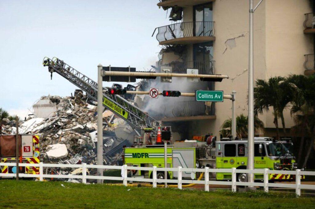 Un incendio complica las tareas de rescate