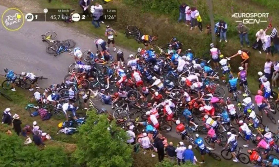 Tour de Francia: Aficionado provoca terrible caída masiva.