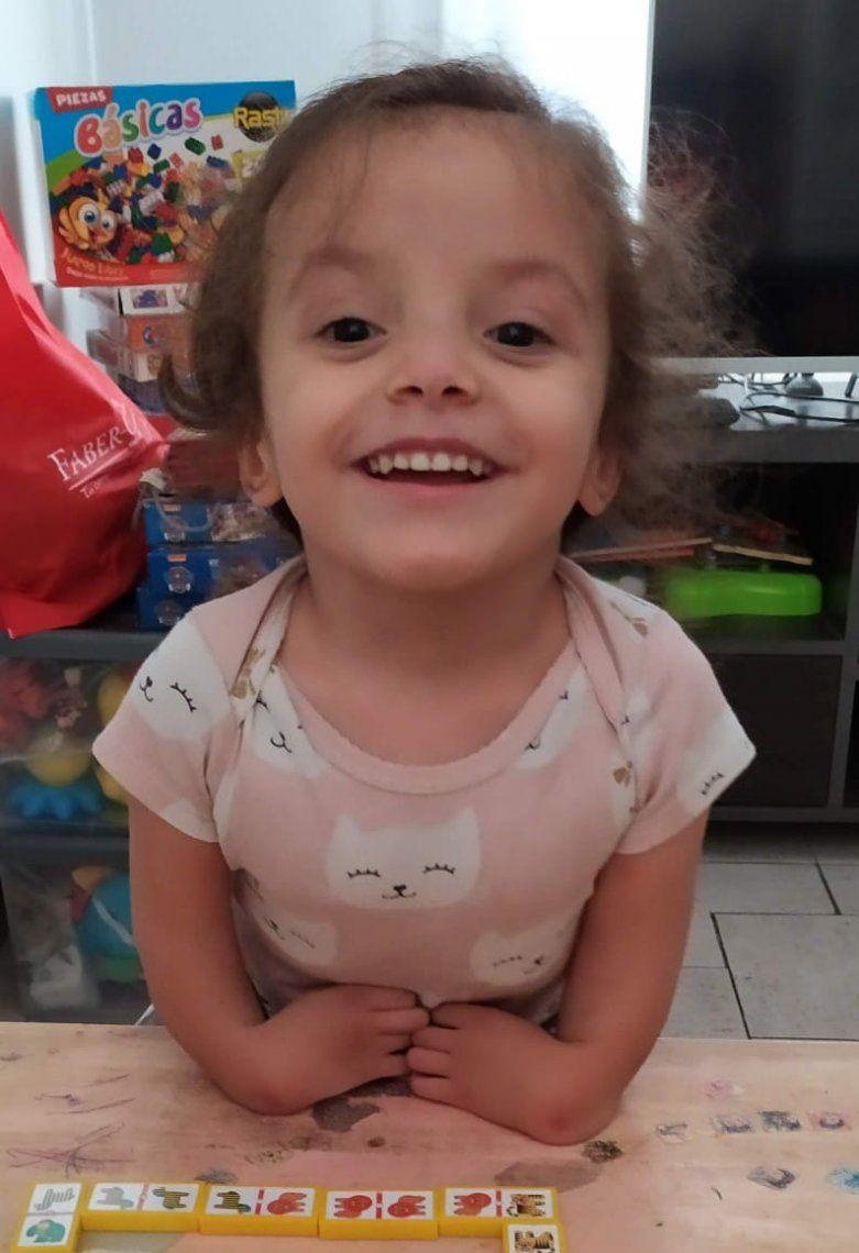 Lucía espera ayuda contra el Síndrome del TAR