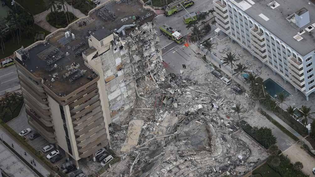 El derrumbe del edificio causó cinco muertes y hay 156 desaparecidos.