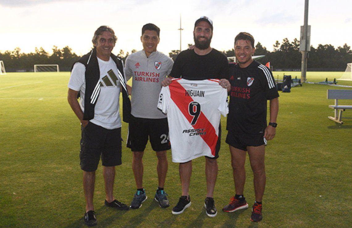 El Pipa Higuaín junto a Enzo Francescoli