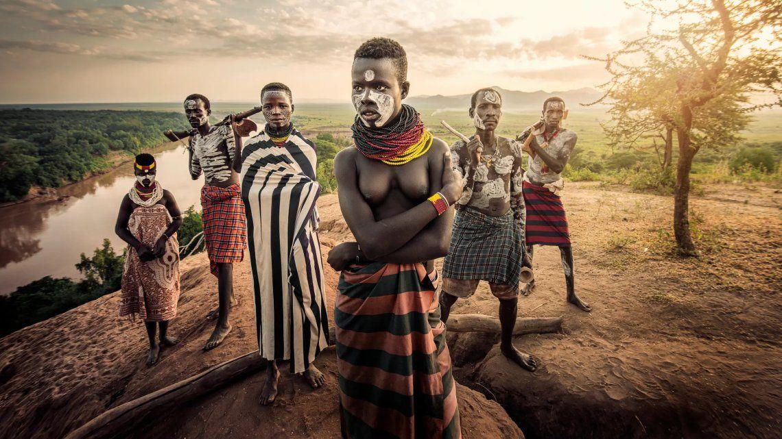 Gente del río. Esta es una familia de la tribu Karo; padre