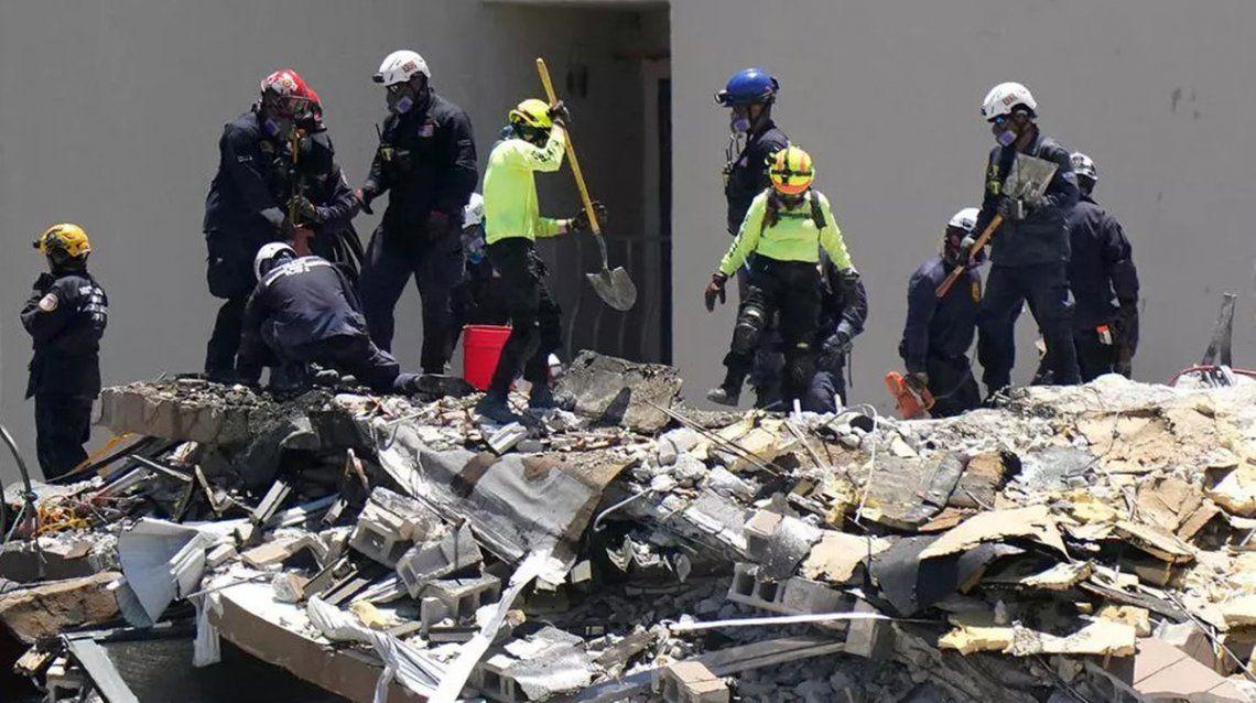 El equipo de búsqueda y rescate se compone de más de 200 personas que se reparten en turnos de doce horas.
