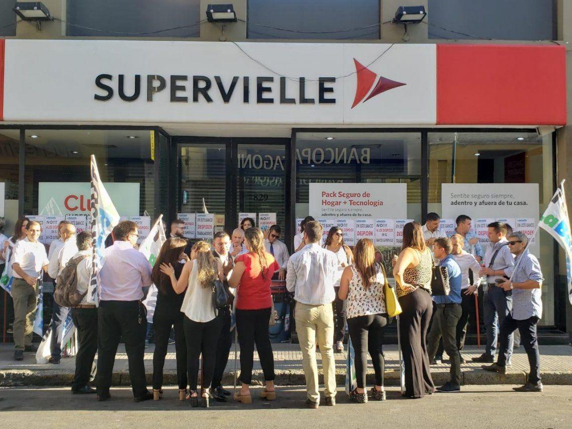 Los trabajadores del Banco Supervielle en estado de alerta y movilización