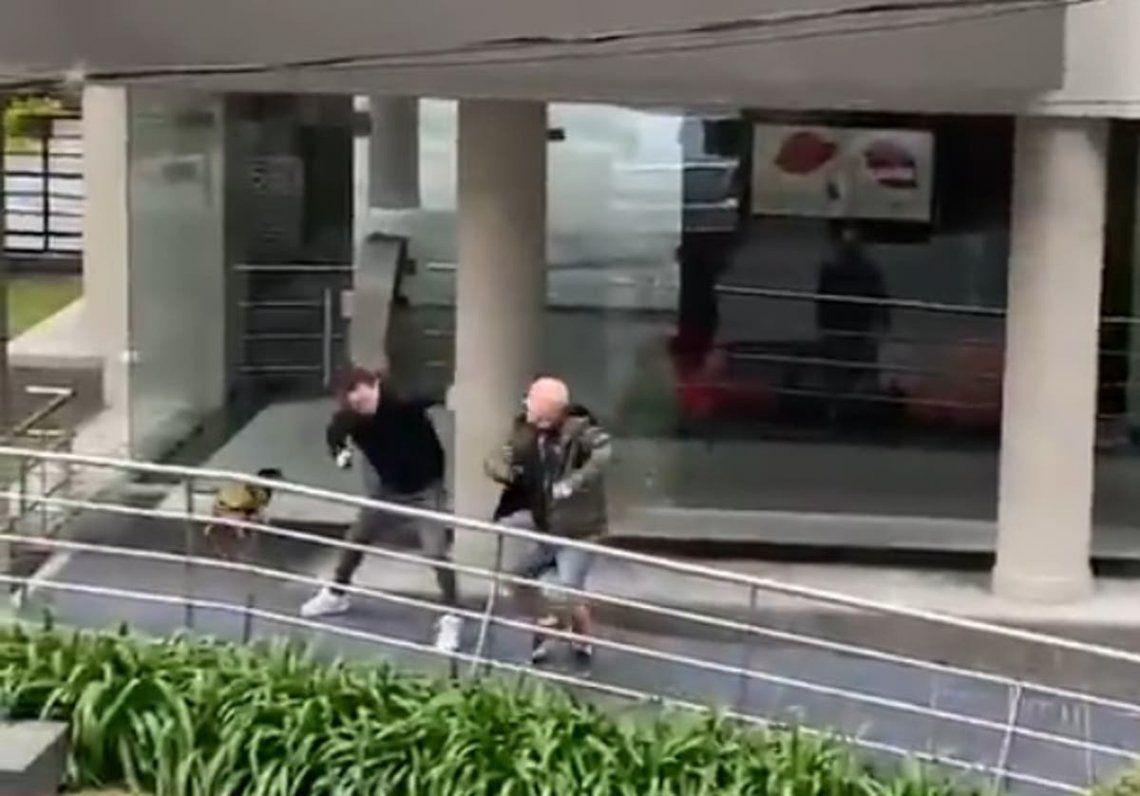La pelea empezó en la rampa de acceso de un edificio