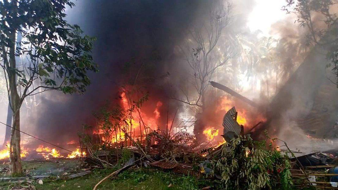 El avión de la Fuerza Área de Filipnas se incendió tras salirse de pista