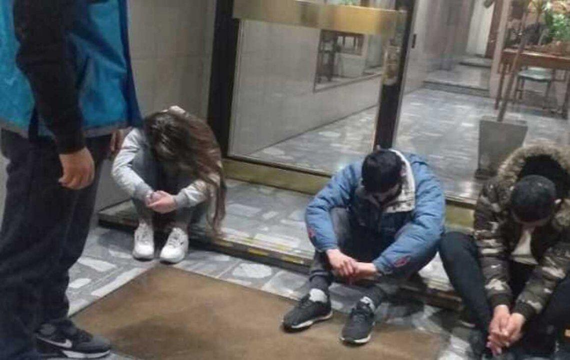 Recoleta: Detuvieron a 3 personas que robaban los bronces de las puertas de los edificios