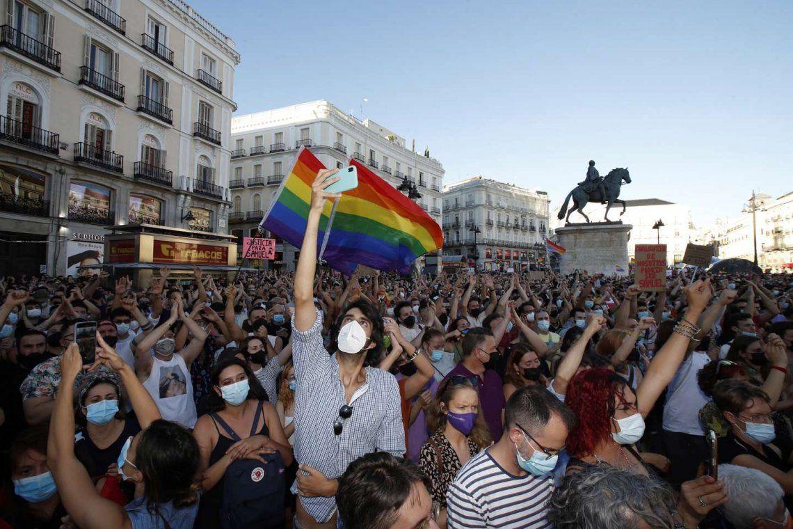 {altText(<p>Familiares y amigos de la víctima recorrieron las calles de Galicia para pedir justicia bajo el lema #JusticiaParaSamuel.</p>,España: Masiva marcha tras el asesinato de un joven gay)}