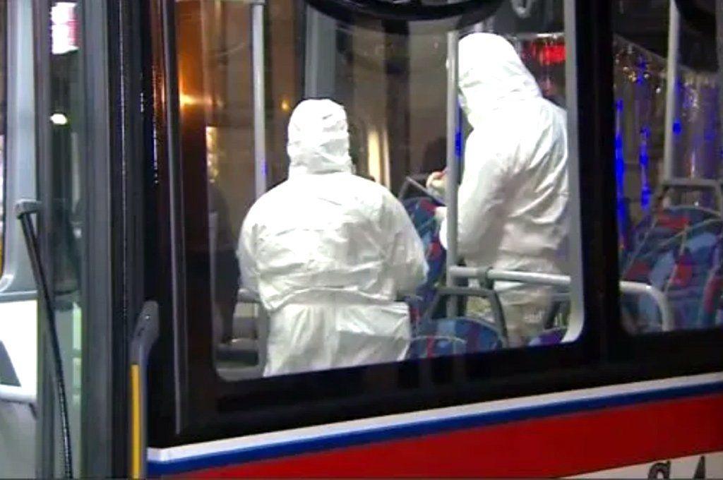 Peritos forenses de la Policía de la Ciudad trabajaron en el interior del colectivo de la Línea 152. Captura de TV.
