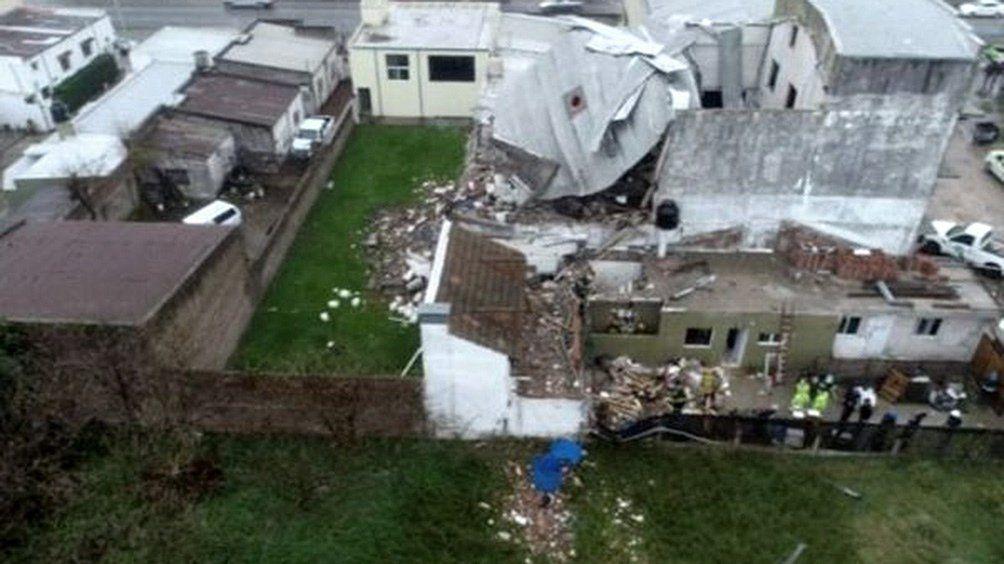 Una mujer falleció y otra sufrió heridas mientras que un matrimonio quedó atrapado bajo los escombros.