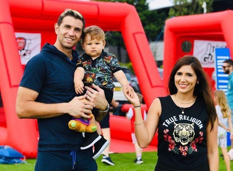 Emiliano Martínez con su esposa Amanda y su hijo Santiago. Acaban de ser papás de Ava.