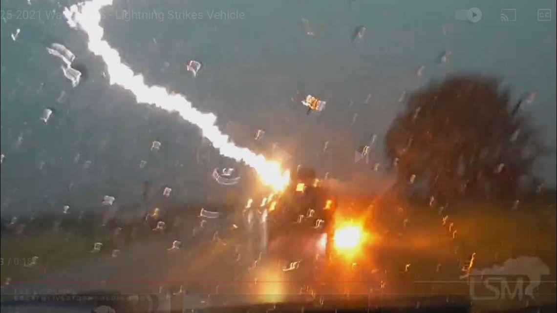 Estados Unidos: cae rayo en un auto con una familia adentro