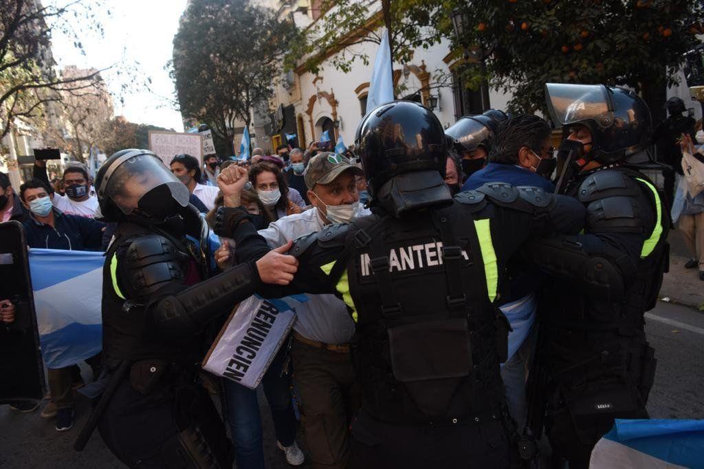 Incidentes entre la policía de Tucumás y manifestantes en este 9 de Julio. Foto: La Gaceta.