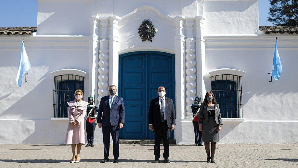 El presidente Alberto Fernández y el gobernador Juan Manzur acompañados de las primeras damas posan frente a la Casa histórica en Tucumán.