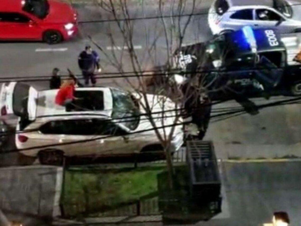 La violencia con la que una mujer destruyó el auto de su ex novio hace pocos días