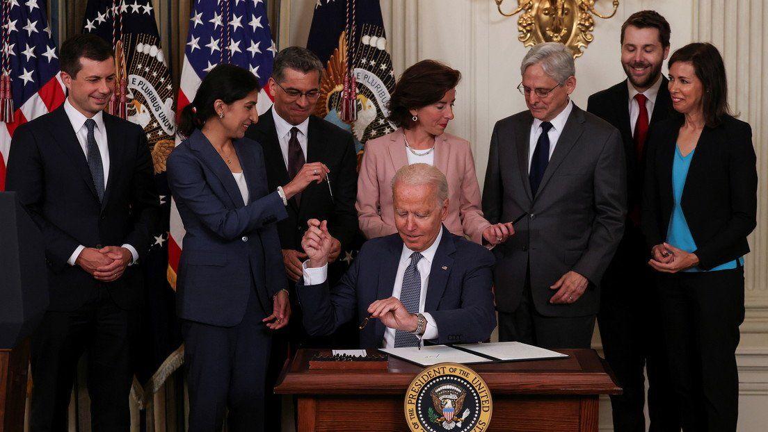 Joe Biden firma una orden ejecutiva sobre la economía de EE.UU. en la Casa Blanca