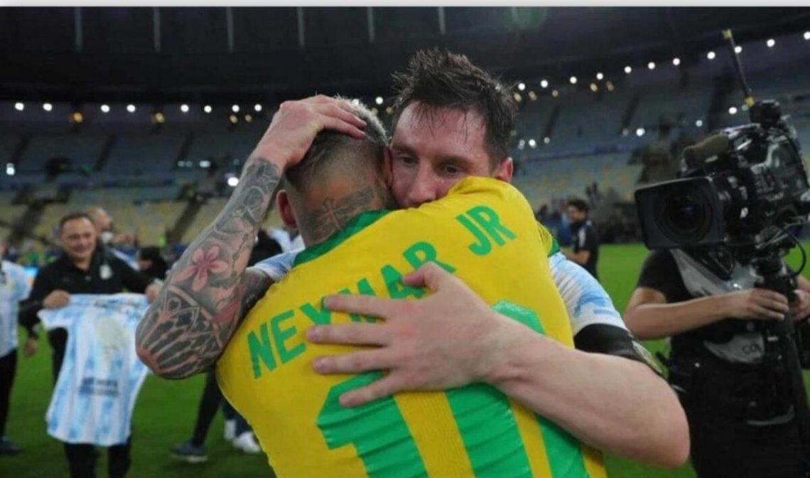 Neymar y su abrazo con Messi luego de haber perdido la final.