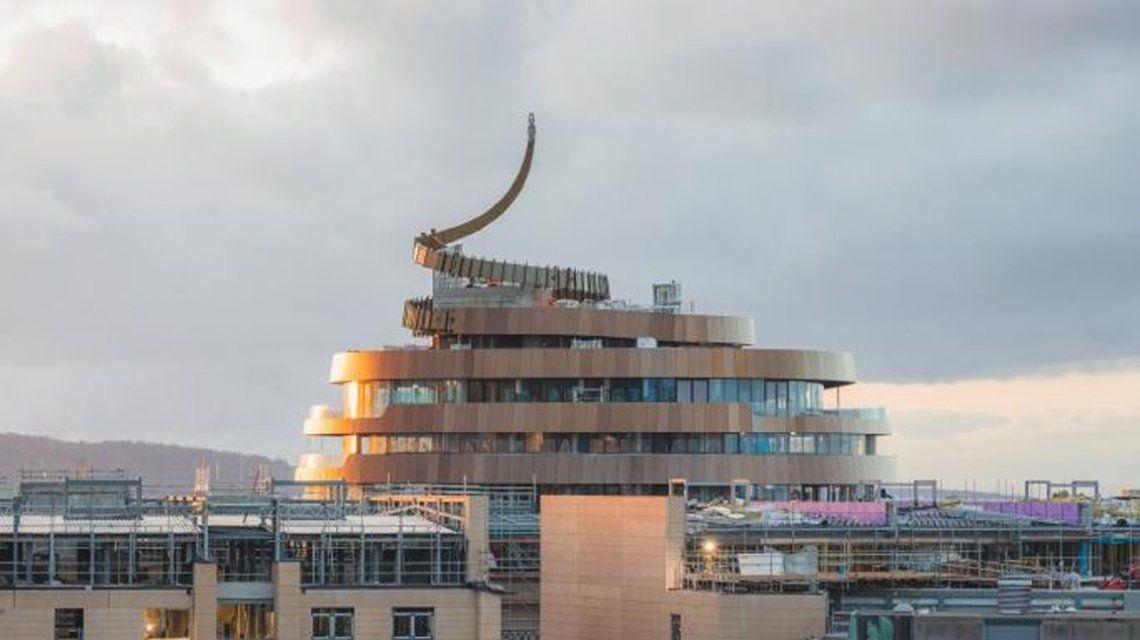 Escocia: Un hotel cuya forma remite a un emoji que no es precisamente de lujo