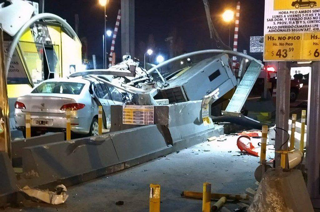 Impresionante accidente en el peaje de la Autopista Illia