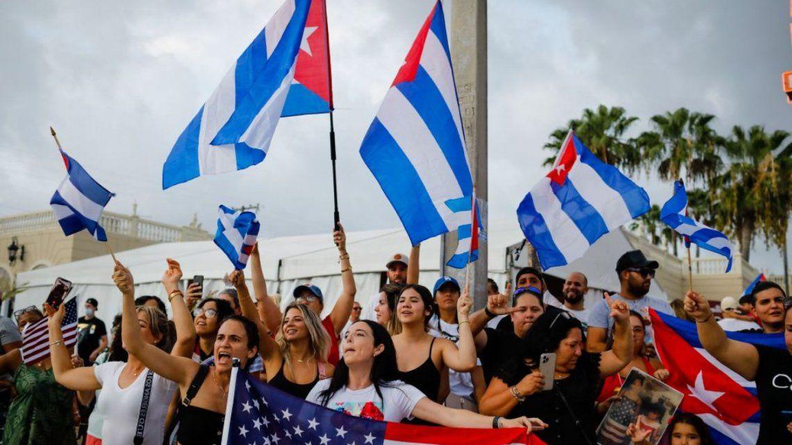 Exiliados cubanos se congregaron en Miami en respaldo a los manifestantes en Cuba.